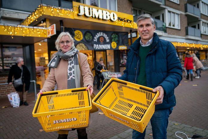 Gerry Vrijenhof en Wichert van Olst hopen zaterdag 12 december bezoekers van de supermarkten in Overbetuwe te overtuigen iets extra's voor de voedselbank in hun winkelmandje te doen.