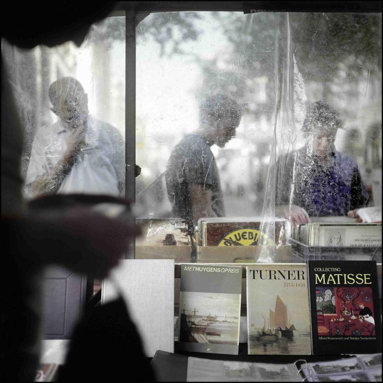 De boekenmarkt op het Spui. 'De jonge schrijver is een grachtengordeldiertje', en hangt rond 'op de redactie van de Groene, in boekhandel Athenaeum, in de warme schoot van de bruine schrijverskroegen rond het Spui.' Beeld Joost van den Broek / de Volkskrant