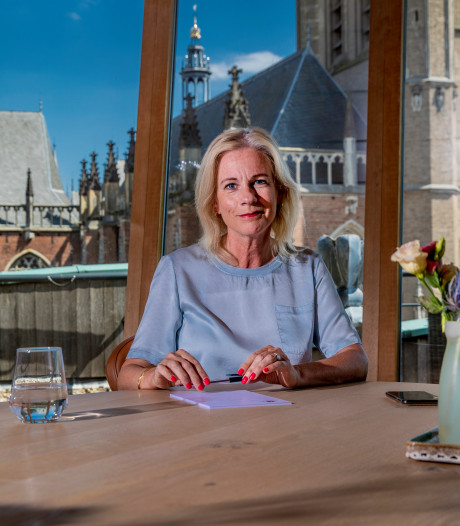 Burgemeester Vermeulen legt krans voor gefusilleerden Zutphense IJsselkade