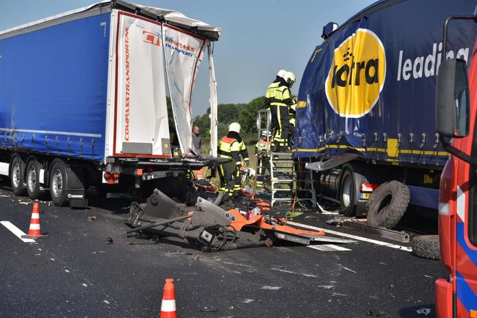 Botisng tussen twee trucks en een personenauto op de A59 bij Terheijden.