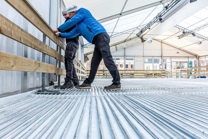 Olaf (r) en John van de firma Ice World uit Soest zorgen ervoor dat koelingsbuizen goed op elkaar zijn aangesloten.