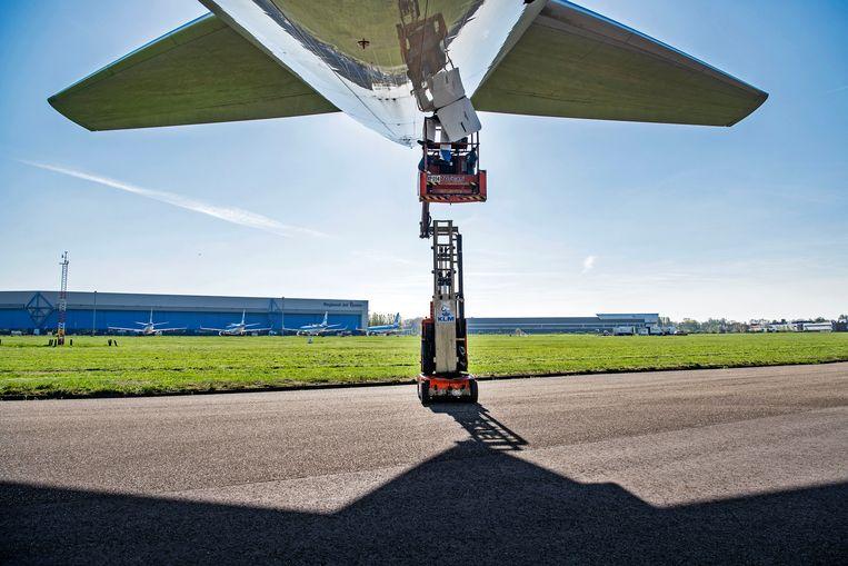 Een KLM-toestel krijgt een extra onderhoudsbeurt in corona-tijd. Beeld Guus Dubbelman / de Volkskrant