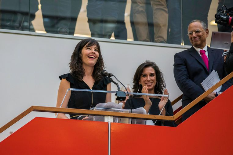 New York Times staff writers Jodi Kantor en Megan Twohey (L) spreken hun collega's toe nadat het team dat zij leidden de Pulitzer Prize voor publieke dienst gewonnen heeft.