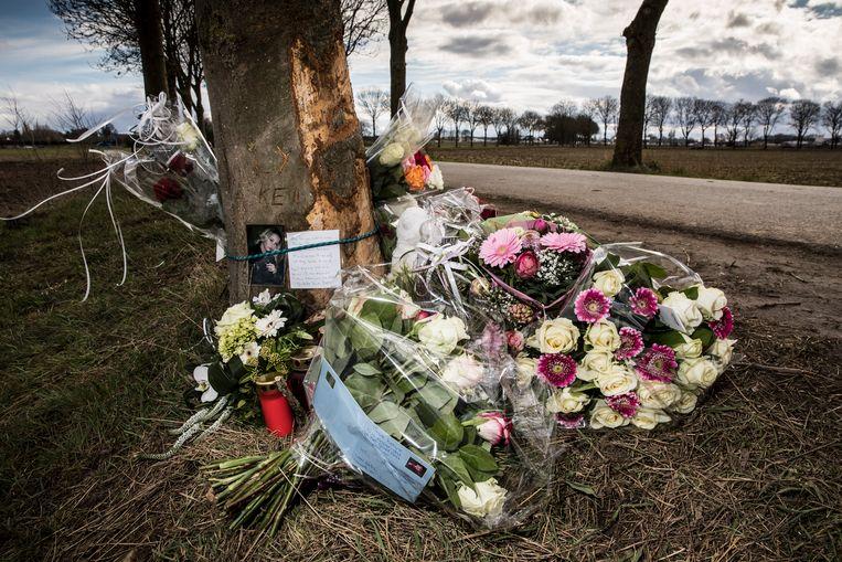 Bij de boom in Echt waartegen een auto reed met scholieren, waarvan er eentje omkwam, zijn bloemen gelegd