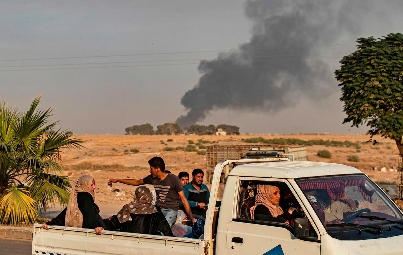 Burgers ontvluchten de Syrische stad Ras al-Ain na Turkse bombardementen.