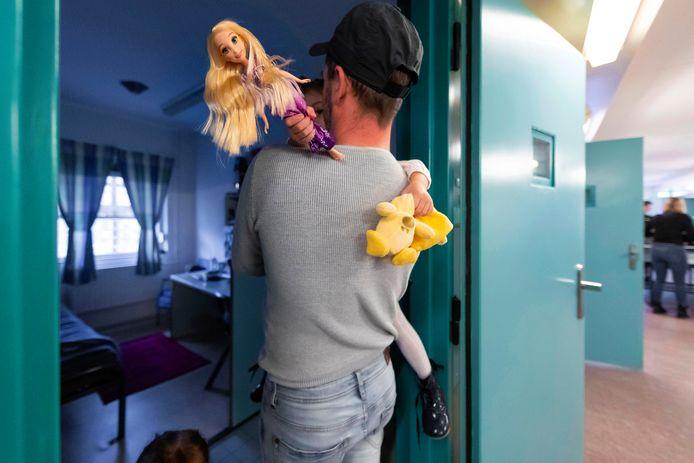 Een knuffel van papa die in de gevangenis zit, is voorlopig nog niet mogelijk.