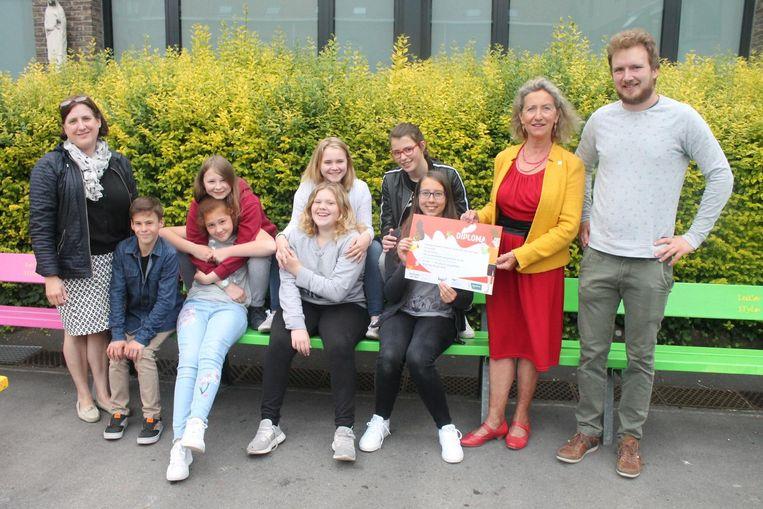 Ekele leerlingen van Leiepoort campus Sint-Theresia kregen hun diploma van schepen van Welzijn Trees Van Hove en Tom Devoldere van Drugpunt.