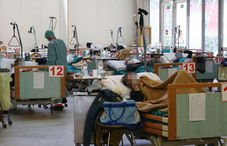 Coronapatiënten in een tijdelijk gebouw naast het ziekenhuis in Brescia.