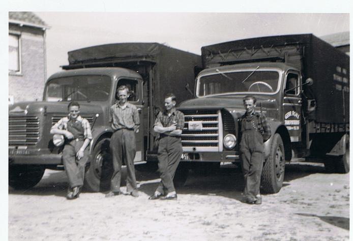 1958, de drie Etten-Leurse gebroeders Rokx met hun eerste chauffeur in vaste dienst