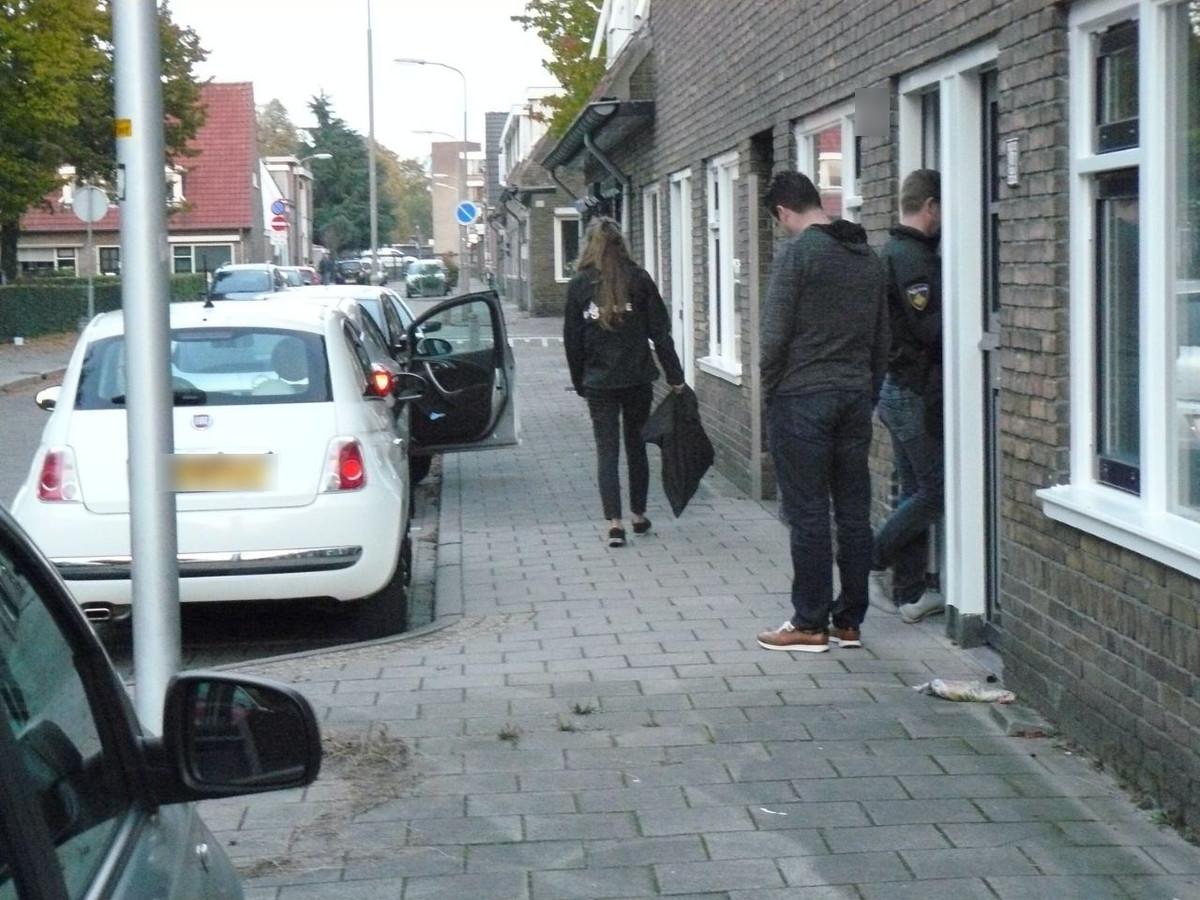 Nadat een persoon uit de woning is afgevoerd doet de politie huiszoeking aan de Wilgenstraat in Almelo.