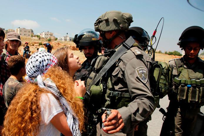 Ahed Tamimi (C) tijdens een demonstratie in mei van dit jaar.