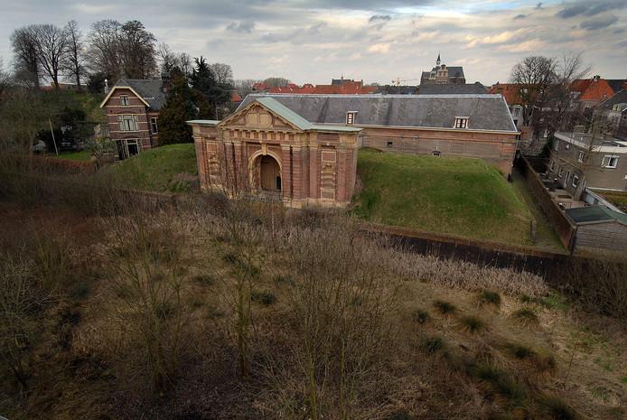 De achterzijde van de Graafse Hampoort. Volgens West8 moet de toegang naar Grave daar hersteld worden.