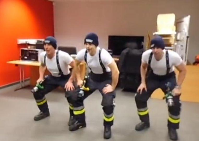 De brandweermannen maakten een filmpje van hun dansje.