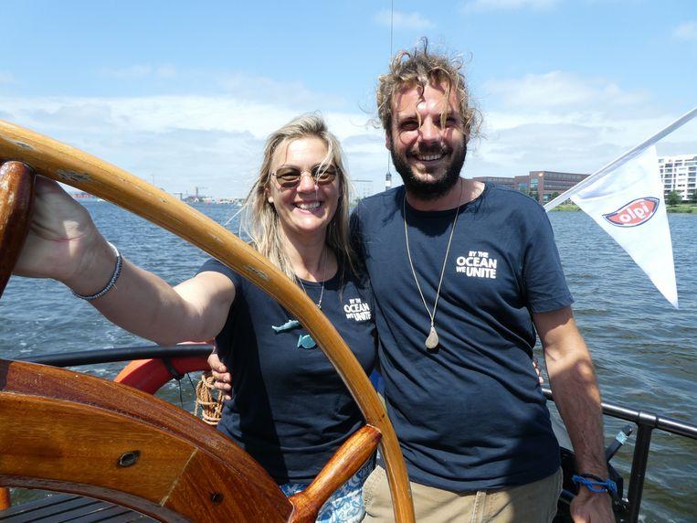 """Nella van Braam en Thomas van Thiel (By the Ocean we Unite) vinden dubbel zoveel plastic als in de Noordzee in het IJ. Hij: """"Goed dat Kapitein Iglo awareness bevordert."""" Beeld Schuim"""
