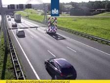 Rijkswaterstaat verwacht drukke avondspits op A15 door afsluiting vanwege beschadigd wegdek