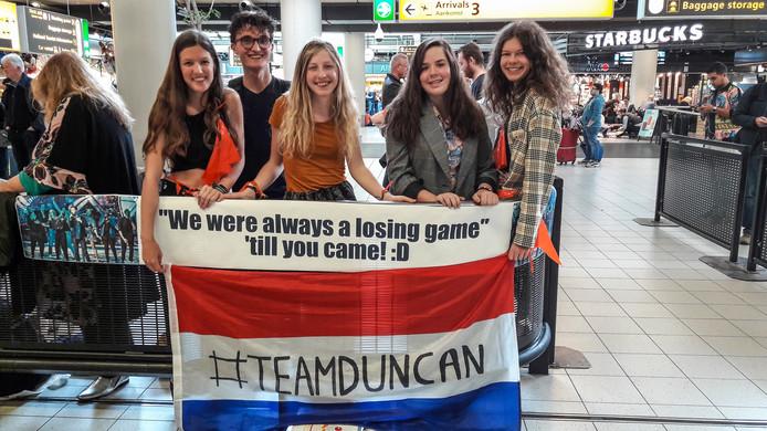 Fans wachten op Schiphol op de aankomst van Duncan Laurence.