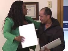 Dakloze vindt cheque op straat en brengt deze terug naar rijke eigenaar