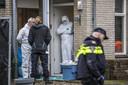 Forensiche onderzoekers stellen sporen veilig in en rondom het huis van het slachtoffer in Eerbeek.
