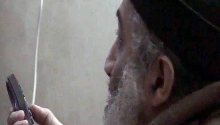 Bin Laden kijkt naar zichzelf op televisie. Beeld epa