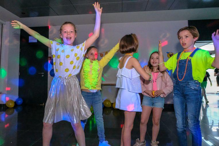 De kinderen kregen een aantal coole danspasjes aangeleerd.