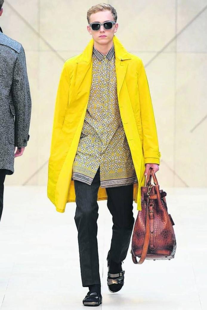 Het Arnhemse model Marijn Valk op de catwalk voor Burberry.