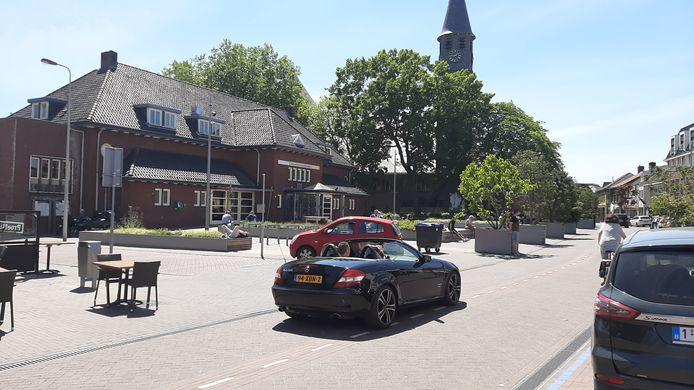 De Molenstraat in Zundert is vanmiddag betrekkelijk rustig. De terrasjes staan al klaar, maar zijn nog leeg. Wel zijn er al Belgen naar Zundert gekomen om boodschappen te doen in de supermarkten.