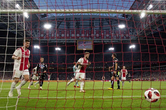 Lasse Schone van Ajax maakt de 2-0 tegen Sturm Graz.