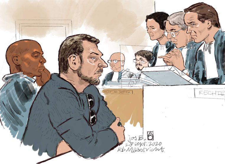 Rechtbanktekening van verdachte Jos B. (tweede van links) en diens advocaat Gerald Roethof (L). B. wordt verdacht van het ontvoeren, misbruiken en doden van de 11-jarige Nicky Verstappen in 1998. Beeld ANP