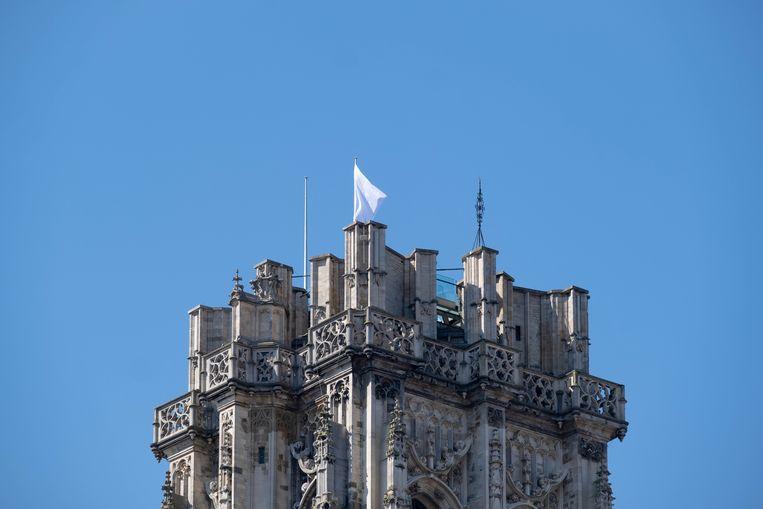 Een witte vlag siert de Mechelse Sint-Romboutstoren tijdens de coronacrisis
