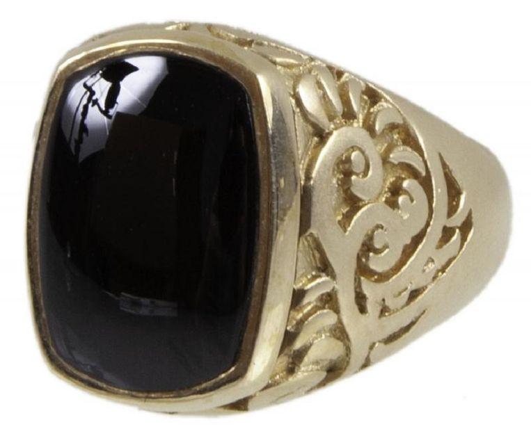 De 14 karaat gouden ring met onyx (mineraal) met daaronder het geheime 'pillendoosje'