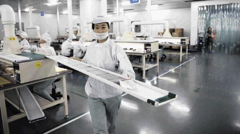 In een fabriek van het Chinese Suntech in Wuxi worden zonnecellen gemaakt. Door een subsidieregeling van de Chinese overheid werd het bedrijf plotseling 43 procent meer waard op de beurs. (Bloomberg) Beeld BLOOMBERG