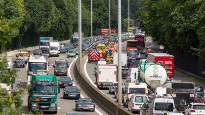Wagen gaat over de kop op E40: een uur aanschuiven vanaf Aalst