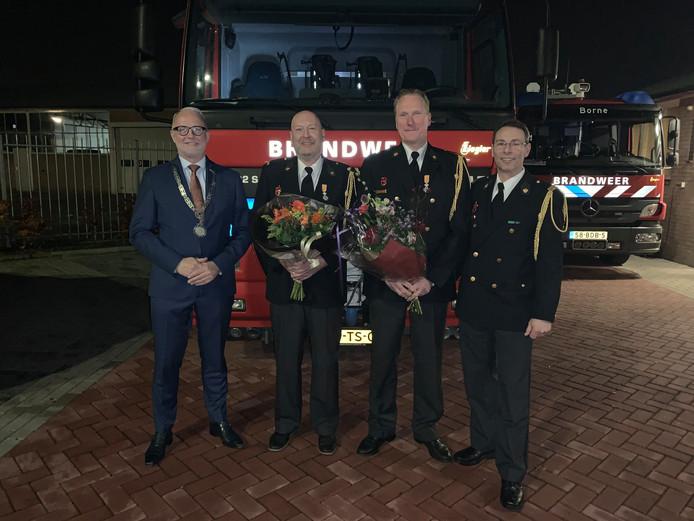 Op de foto vlnr burgemeester Gerard van den Hengel, Michel Polak en Theo de Boer (beide gedecoreerden) en Dave de Leeuw, kazernecoördinator van Borne.