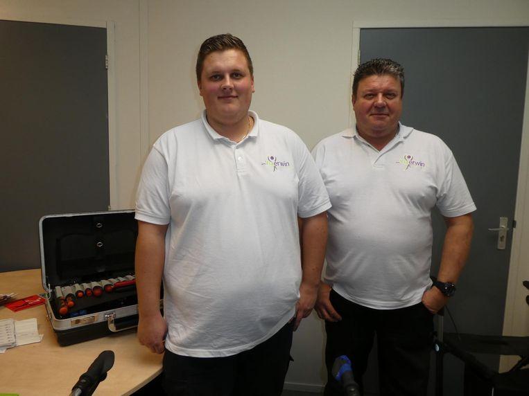 Jeffrey en Erwin Tebbertman (Viaerwin) doen de gratis APK-check voor rollators. 'We nemen alles over van de grote jongens' Beeld Schuim