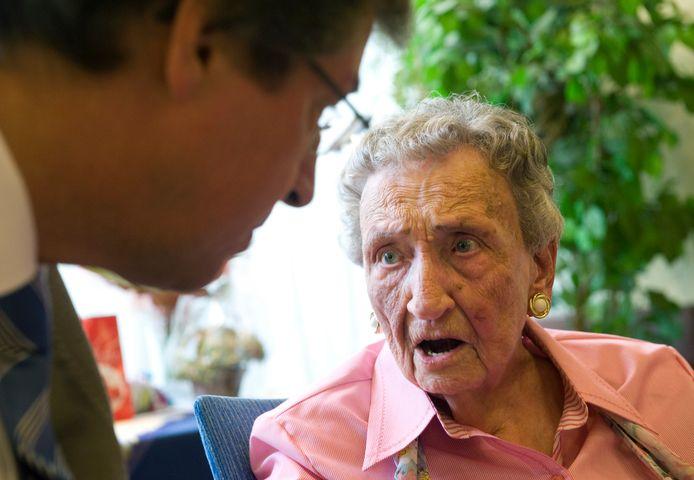 De oudste inwoner van Nederland, An Brasz, hier op een alweer oude foto: in gesprek met oud-burgemeester Wolfsen toen ze 105 jaar werd.