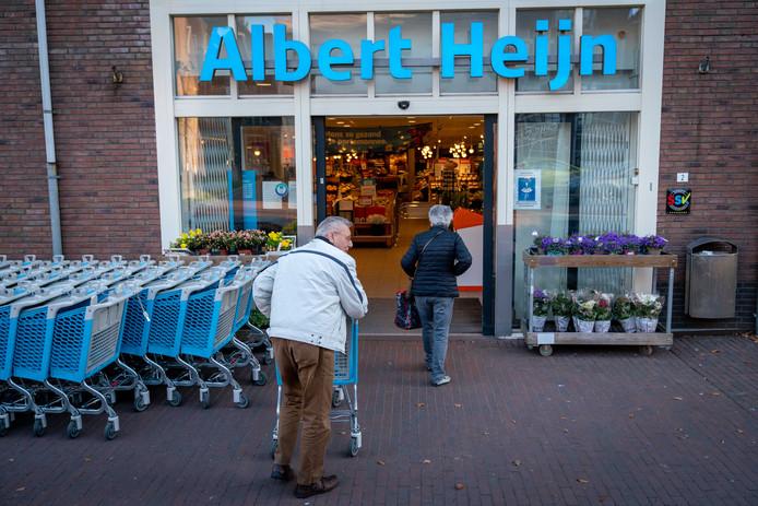 Twee oudere mensen die gebruikmaken van het speciale boodschappenuurtje bij de Albert Heijn in Bemmel.
