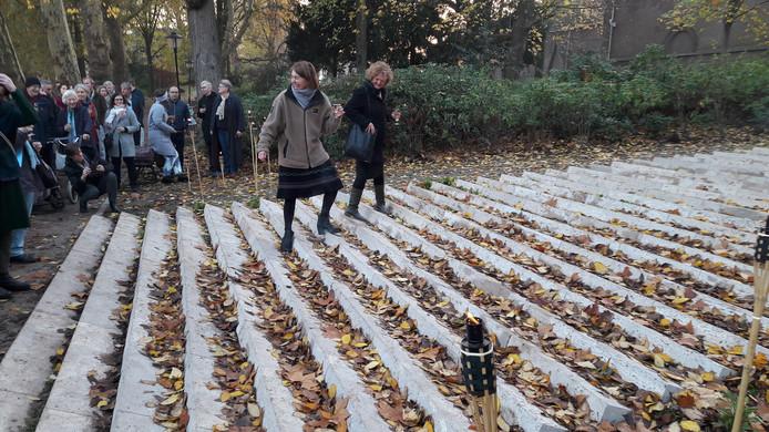 Enkele aanwezigen bij de officiële opening wagen zich al op de schuine treden van de Vanishing Staircase, het nieuwe kunstwerk in het Zocherplantsoen in Utrecht.