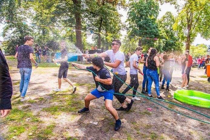Studenten van de Radboud Universiteit gingen elkaar vorig jaar te lijf tijdens het watergevecht in het Valkhofpark.