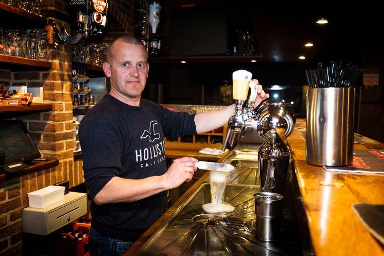 Danny Kesselaers staat achter de toog in café 'Het Anker' van donderdag- tot en met zondagavond.