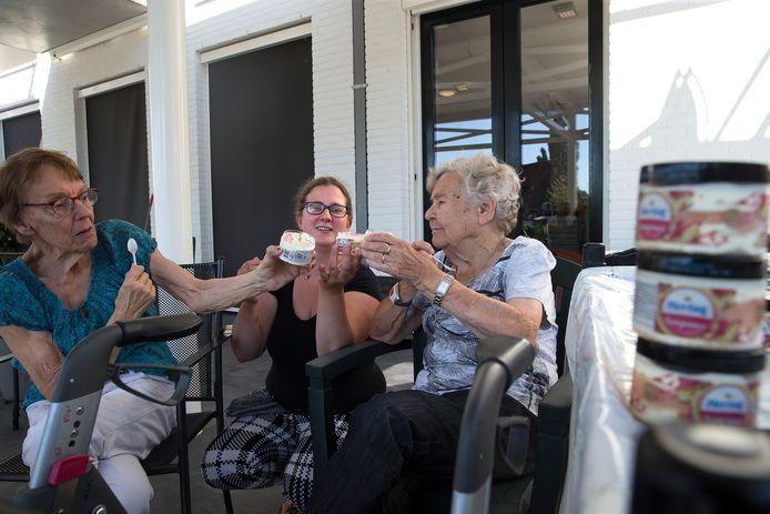 Mevrouw Hoebeke (links), verzorgende Joyce Dekker (midden) en mevrouw Berentsen (rechts) vermaken zich opperbest.