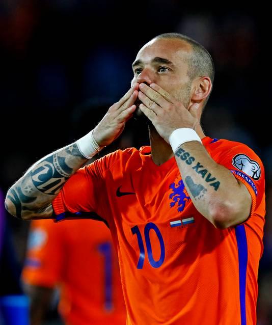 Wesley Sneijder geeft een handkus naar Yolanthe