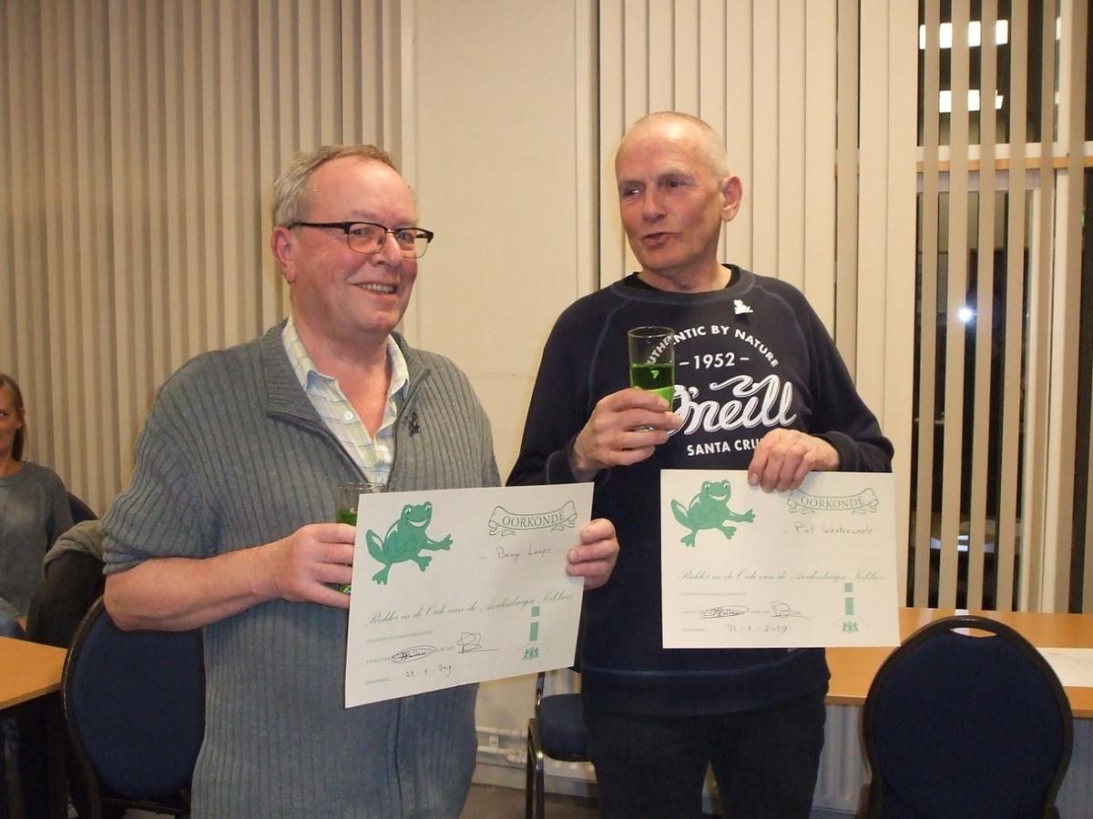 Benny Lampo (l) en Piet Westerweele (r) kregen van de Aardenburgse stadsraad  maandag de Kikkerorde, vanwege hun inzet voor de Kikkerstad.