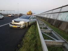 Auto ramt vangrail op A4 bij Roelofarendsveen