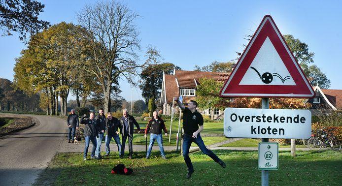 Zondagochtend half tien. Klootschieten door K.V. Soasel ter hoogte van de Koninksweg in Saasveld. Hier steekt de klootschietbaan de weg over.