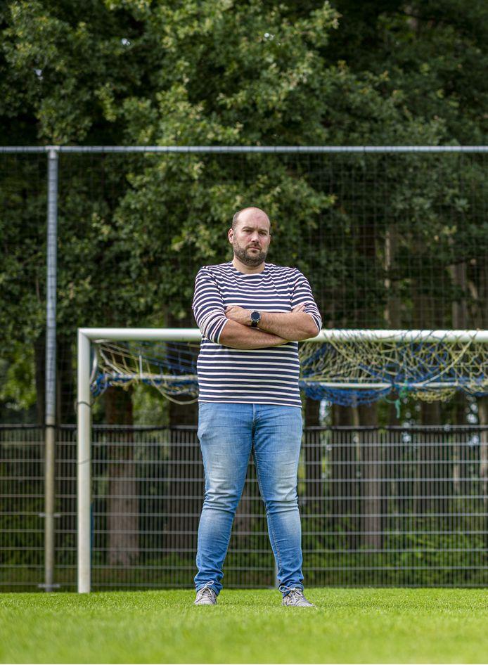 VV Oeken-voorzitter Emile Jager is in zijn nopjes met de 5.000 euro van de Vrienden Loterij. ,,