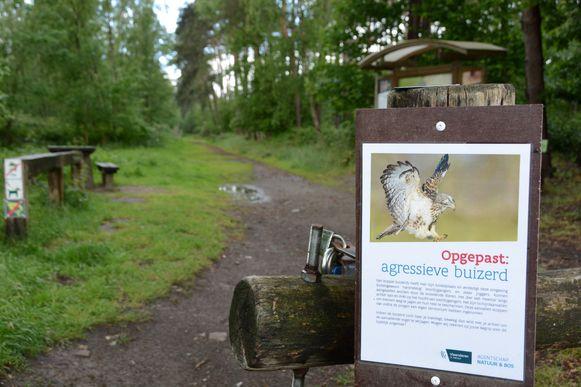 Er werden eerder al waarschuwingsborden geplaatst in het stuk bos waar de buizerd kan toeslaan.