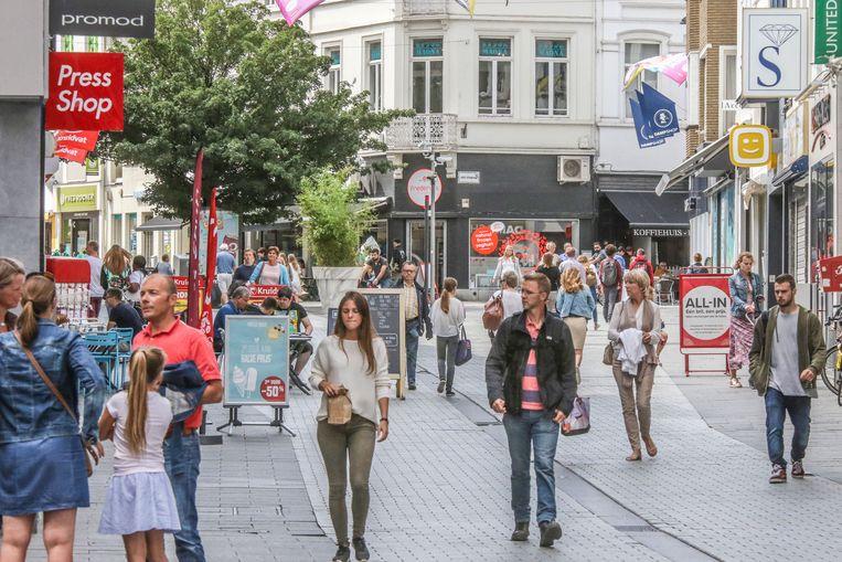 Kortrijk verzamelt gegevens over mensen die naar het centrum komen, maar er niet wonen, werken of studeren. Zo wil de stad achterhalen of marketingcampagnes werken.