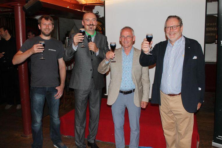 CEO Anthony Martin (rechts) heft het glas samen met brouwers Peter Simpson (links) en Willem Van Herreweghe (midden rechts). Komiek Bert Kruismans is ambassadeur van het bier.