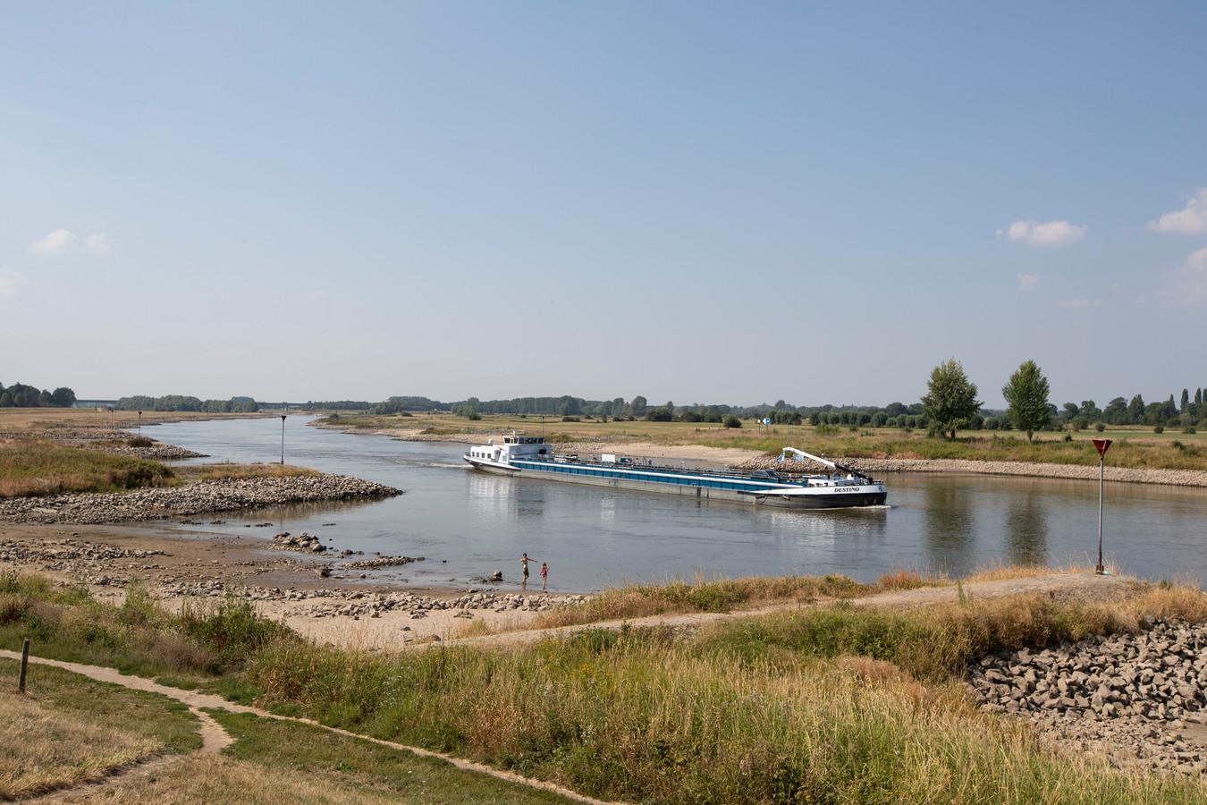 Scheepvaart op de laag staande IJssel bij Zutphen.