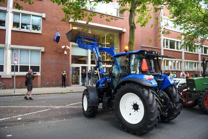 Boeren zijn met hun landbouwvoertuigen naar de politiebureau in Leiden gereden om aangifte te doen tegen minister Carola Schouten (Landbouw) vanwege dierenmishandeling.